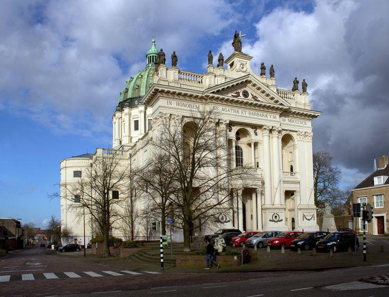 De Basiliek van de Heiligen Agatha en Barbara in het Brabantse Oudenbosch. Beeld Wikimedia/Johan Bakker