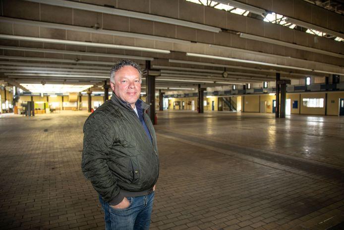 Gerrit Jansen in de grootste productiehal op het Philips/Vishayterrein.