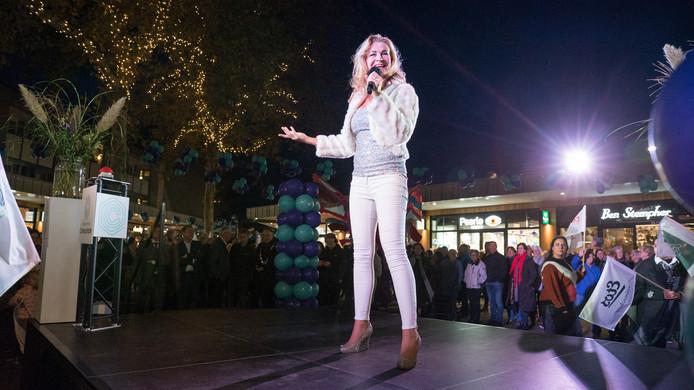 De Nederlands-Spaanse schone Alma Nieto vertolkt op Colmschate haar lied; niet over de stad of liefde, maar over een winkelcentrum, nu die voorziening op Colmschate is vernieuwd.