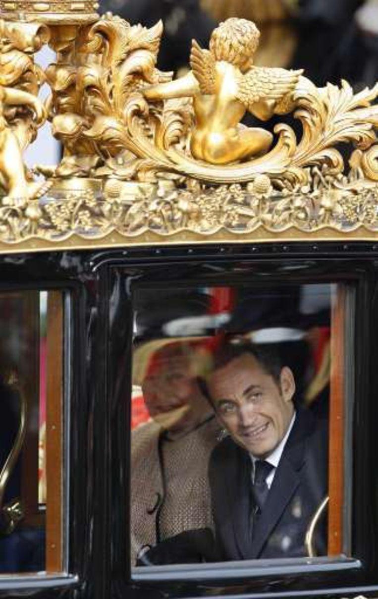 Per koets paradeerde Sarkozy dan aan de zijde van de Queen door de straten van Londen.
