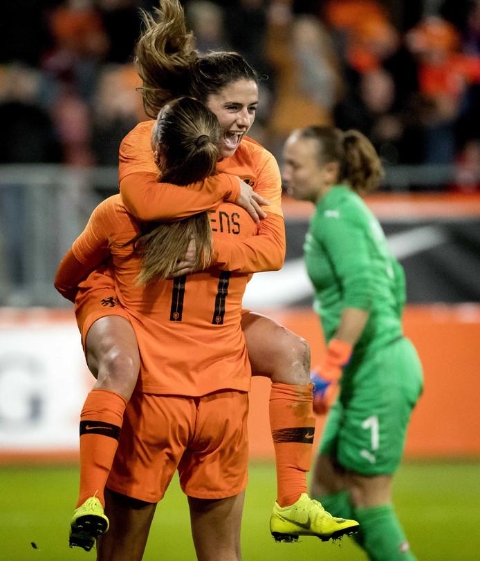 Lieke Martens en Daniëlle van de Donk vieren de 2-0 tegen Zwitsers.