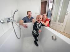Emotionele ouders dolgelukkig: Hugo (1) met zeldzame ziekte heeft zijn bad