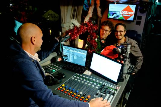 NPO Radio 2-dj's Paul Rabbering (links) en Frank van 't Hof in de Top 2000 stembus met collega Wout van der Goes (voorgrond).