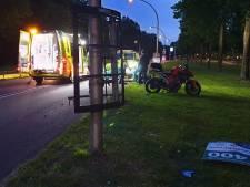 Motorrijder botst op reclamebord en raakt gewond in Hengelo