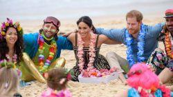Harry en Meghan op blote voeten in gesprek met lokale surfers op Bondi Beach in Sydney