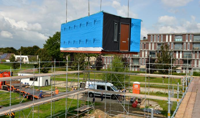 De eerst 'uitkijkwoning' voor urgent woningzoekende gezinnen in Houten wordt geplaatst.