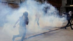 """Opnieuw rellen tussen ordediensten en aanhangers Guaido in Venezuela: """"We zullen soldaten achter onze zaak krijgen"""""""
