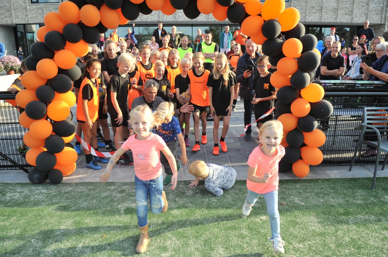 Joepie we mogen weer: hier de korfbaljeugd van DKOD in Renkum.