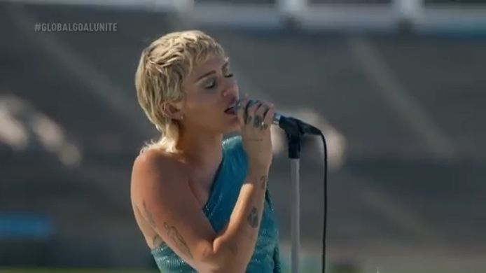 "Miley Cyrus reprend ""Help!"" des Beatles Rose Bowl vide à Pasadena, en Californie."