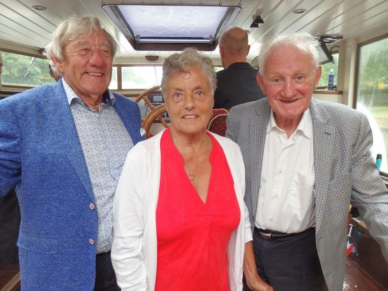 Het 60-jarige bruidspaar Carel en Zus Hamelink, en wielermecenas Koos Tacx: 'Ik wil één anekdote vertellen...' Beeld Schuim