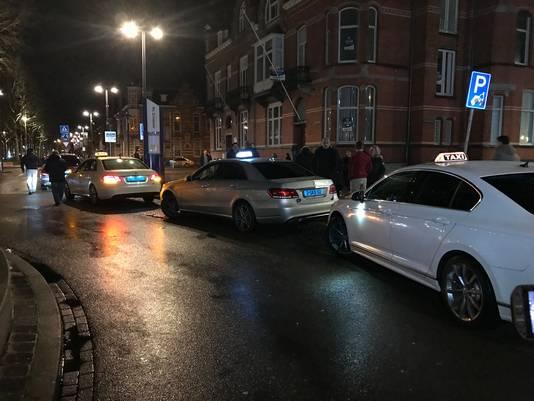De taxichauffeurs verzamelen op station Den Bosch.