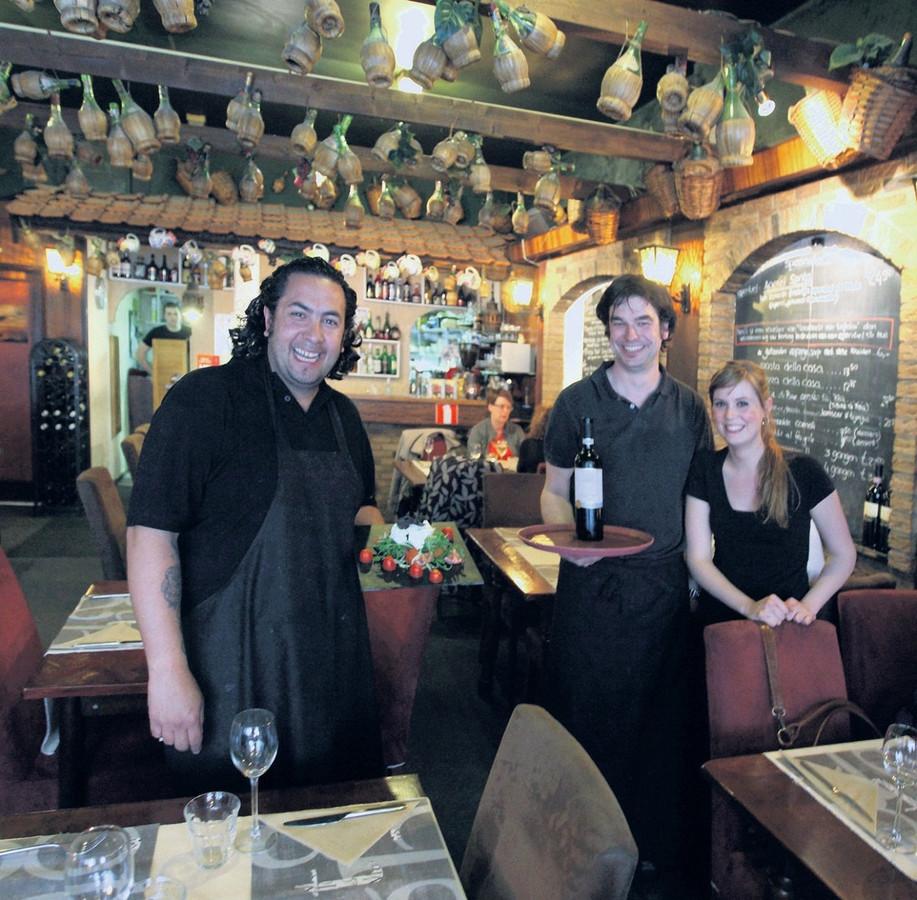Chef Martin Wattimena en personeelsleden Tom Hagenaars en Chantal Stander. foto Chris van Klinken