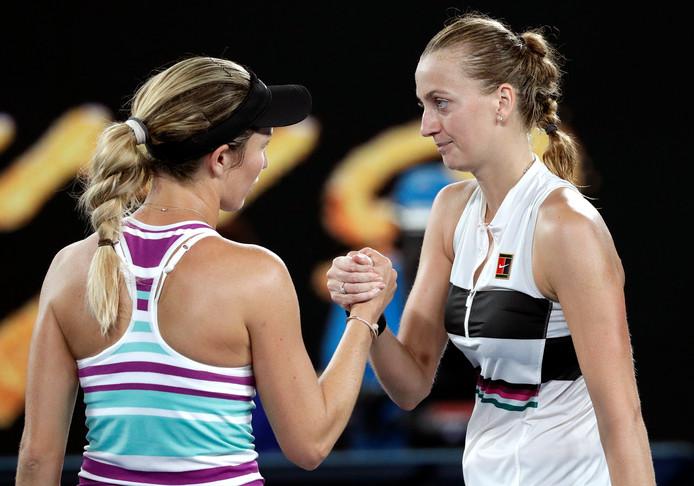 Danielle Collins (links) feliciteert Petra Kvitova met haar finaleplaats.