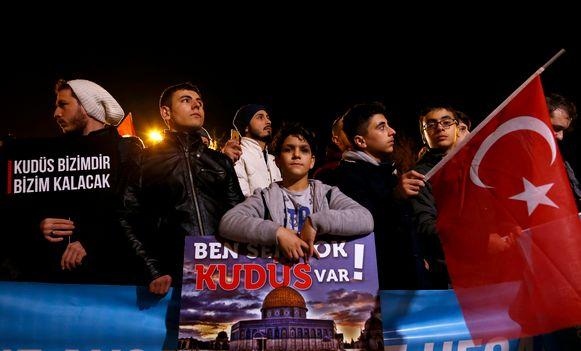 In Istanboel verzamelden honderden mensen zich voor de deur van het Amerikaanse consulaat om tegen Trump te demonstreren