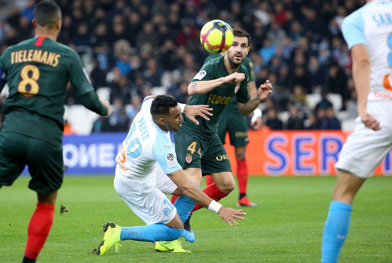 Cesc Fàbregas in duel met Dimitri Payet.