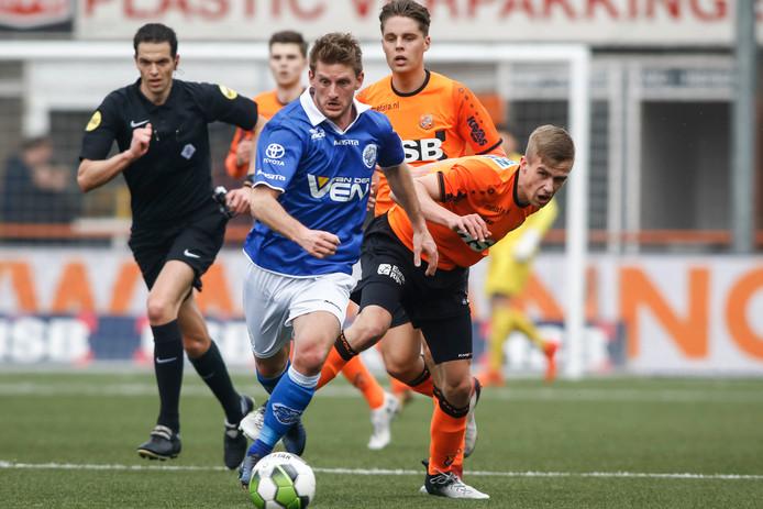 Jens van Son (l) in duel met  FC Volendam-speler Marco Tol.