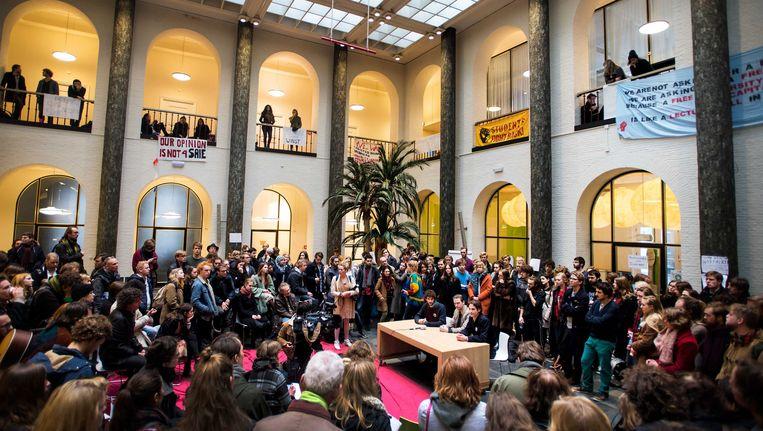 Studenten informeren pers en betrokkenen over de laatste stand van zaken in universiteitsgebouw het Maagdenhuis. Beeld anp