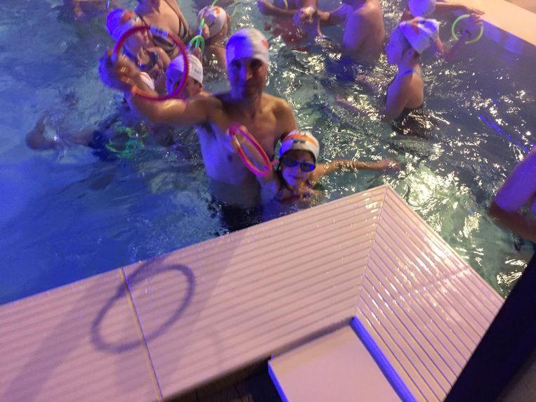 Jong en oud ging in buitenzwembad De Waterperels op zoek naar ringen, waarmee de zwemmers cadeautjes konden winnen.