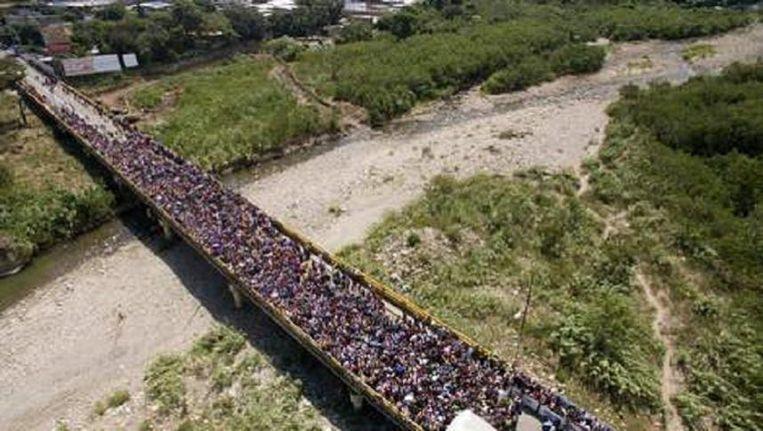 Tienduizenden Venezolanen verdringen zich dagelijks op de brug die de Venezolaanse stad San Antonio verbindt met Cúcuta in Colombia. Beeld Juan Pablo Cohen / EPA