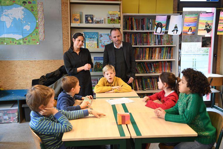 Schepenen David Dessers (Groen) en Lalynn Wadera (sp.a) brengen een bezoek aan de Sint-Norbertusschool naar aanleiding van de Duurzame Week.