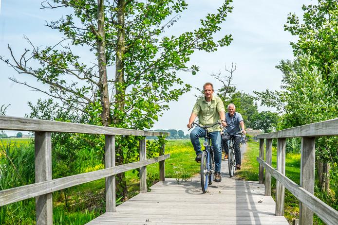 De groengebieden tussen Rotterdam en Delft staan op positie twee in de top drie van beste Zuid-Hollandse gebieden om te fietsen. Deze mannen genieten ervan in Maasland.