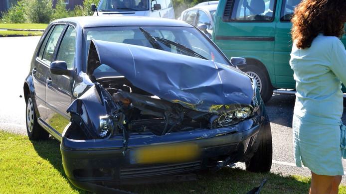 Deze auto werd frontaal geraakt bij de aanrijding in Etten-Leur. De bestuurster klaagde na afloop over lichamelijk ongemak.