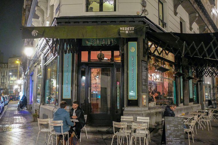 Aan de ene kant van het Fontainasplein is er homovriendelijk café, Le Fontainas.