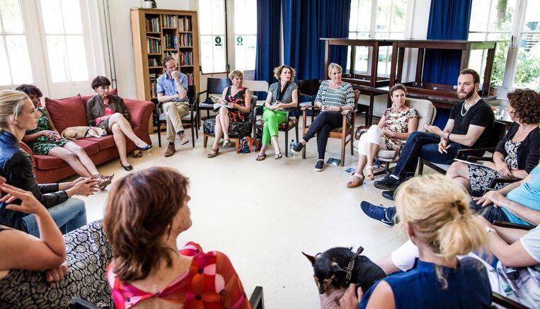 Een Deep-democracy conversatie, die in Amsterdam wordt gehouden. Beeld Freek van den Bergh