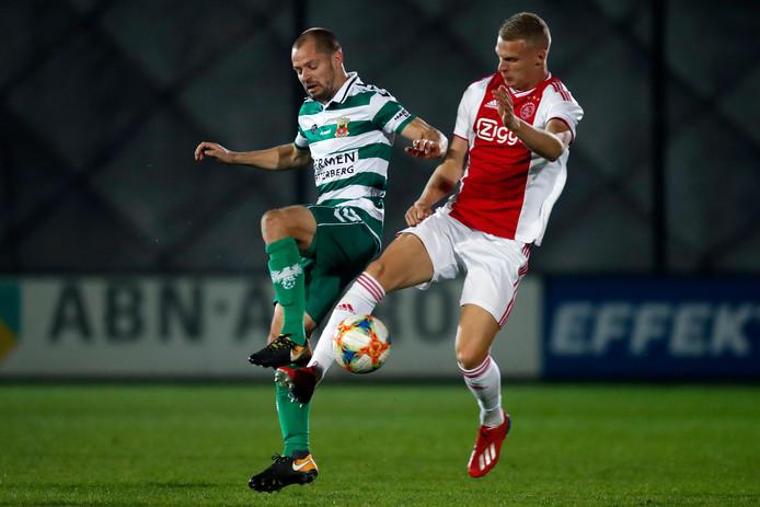 Mitchel Bakker namens Jong Ajax in duel met Istvan Bakx van Go Ahead Eagles.