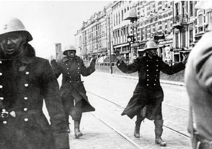 Mariniers na de overgave in de Van der Takstraat. Van links naar rechts Van Ombergen, Clijssen en Seegers.