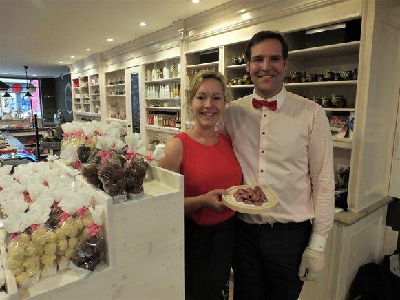 Anja Stevens en Bart Debbaut met de roze pralines.