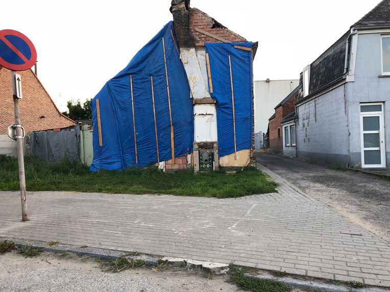 Door het kris kras huizen afbreken is het straatbeeld in de Briel totaal kapot.