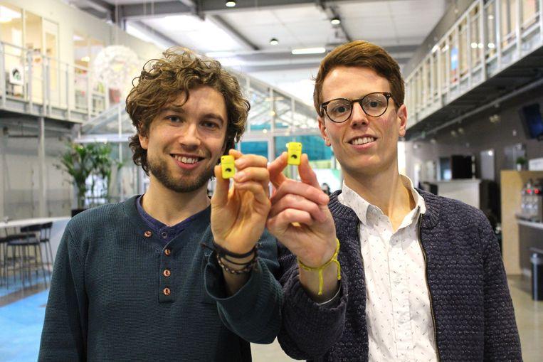 Tim Smits (L) en Jorn Rigter bedachten de Unpluq. Een proef met de Unpluq – waarbij twintig mensen het apparaatje een week mochten gebruiken – verliep volgens Rigter positief. Beeld Unpluq