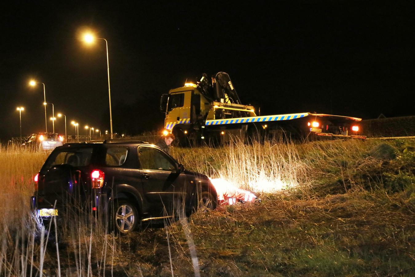 Een berger arriveert om de onfortuinlijke automobilist in Veenendaal letterlijk weer op weg te helpen.