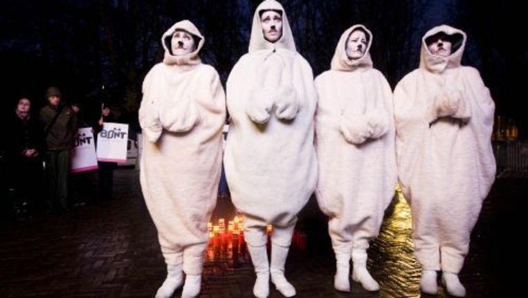 Leden van de dierenbeschermingsorganisatie Bont voor Dieren houden een wake tegen de zeehondenjacht bij de Canadese ambassade in Den Haag. ANP Beeld