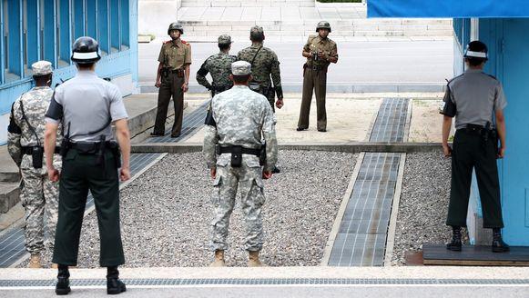Noord- en Zuid-Koreaanse militairen kijken elkaar in de ogen aan de grens tussen beide naties.