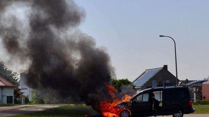 Auto gaat in vlammen op na bezoek aan garage