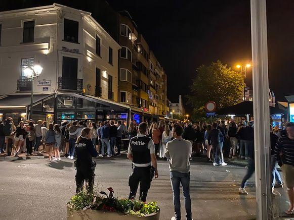 Na het sluitingsuur om 1 uur troepen heel wat feestvierders samen in de uitgaansbuurt van Knokke-Heist.