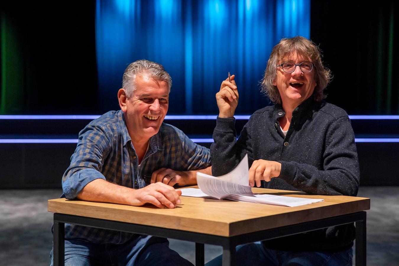 Nico Meijer (l) en Aart van den Berg bespreken het afgelopen jaar in een conference.