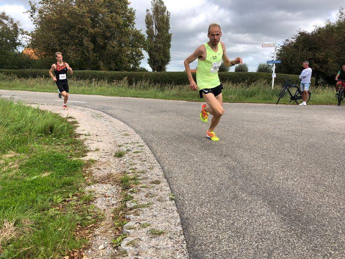 Erwin Harmes pakt op de Schellachloop al na 400 meter de koppositie, voor de Belg Roosenboom.