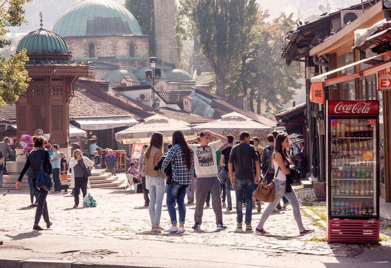 Het Bascarsija-plein in Sarajevo, met links de houten Sebilj-fontein.  Beeld RV