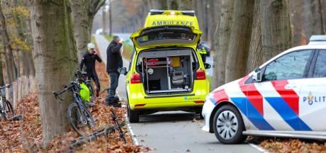 Wielrenners botsen op elkaar in Ugchelen, man met ambulance naar het ziekenhuis
