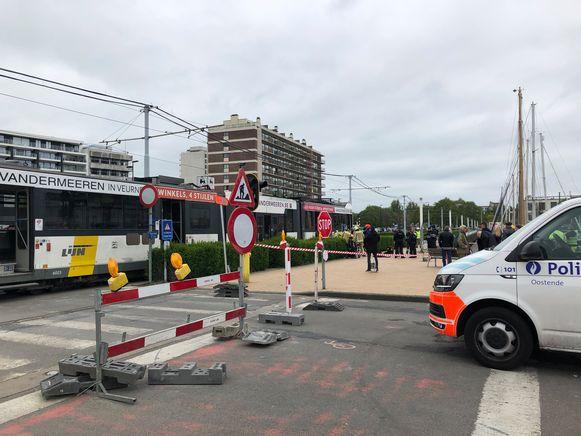 Het slachtoffer kwam parallel met de tram, maar ook deels onder de tram, terecht. De man zat niet gekneld, maar lag wel in een benarde positie.