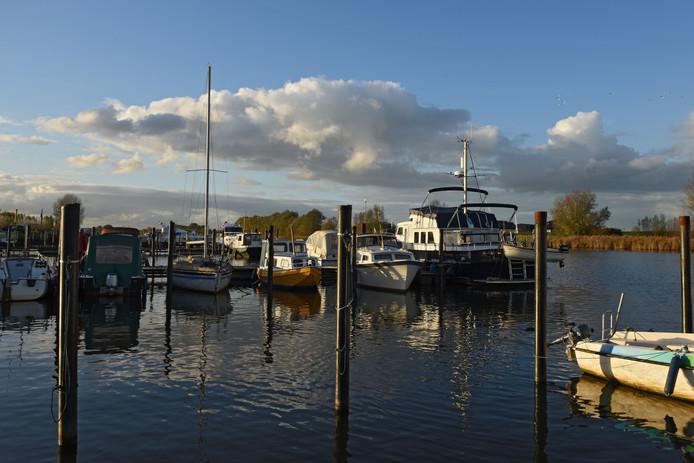 Geertruidenberg heeft de jachthaven van Raamsdonk gekocht, maar wil er ook weer vanaf. Foto Casper van Aggelen / Pix4Profs