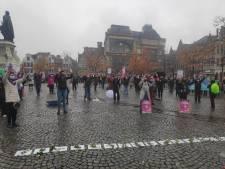"""Vierhonderd actievoerders protesteren tegen geweld op vrouwen: """"Lang geleden dat we nog eens betoogd hebben"""""""