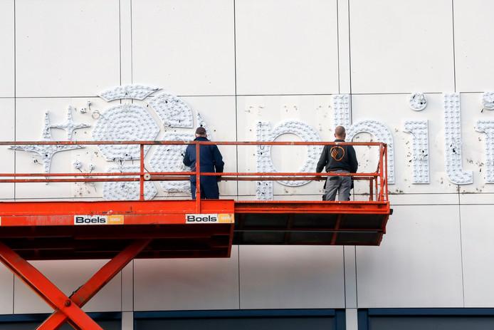 Aan de Vonderweg is maandag het nieuwe logo van het Philips Stadion aangebracht. Het duurt waarschijnlijk nog tot woensdagavond voordat de ledjes voor het eerst branden.