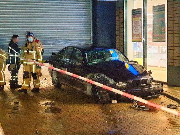 Auto knalt dwars door het magazijn van de Lidl in Enschede