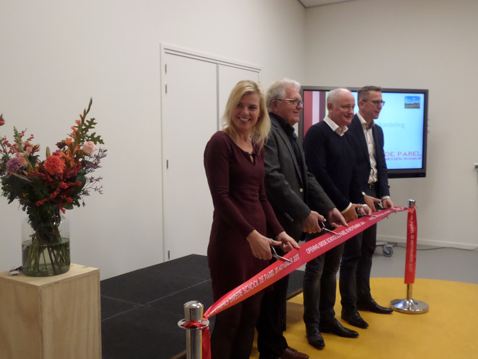 De openingshandeling met v.l.n. r. Wethouder Paula Jorritsma, Ad Swart, Peter van den Heuvel en Kees Jan Oudshoorn.