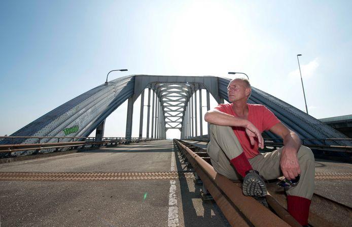IJsselsteiner Wim van Sijl wil voorkomen dat de oude Boogbrug tussen Vianen en Nieuwegein wordt gesloopt.