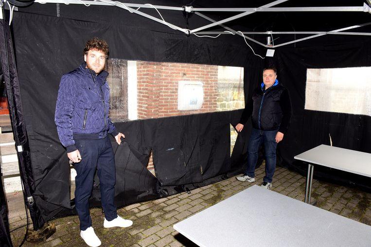 Jan Vanderhoeven en Pascal De Leener tonen de beschadigingen